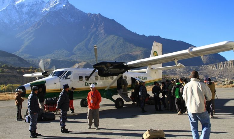 Passagers embarquant dans un avion à Lukla