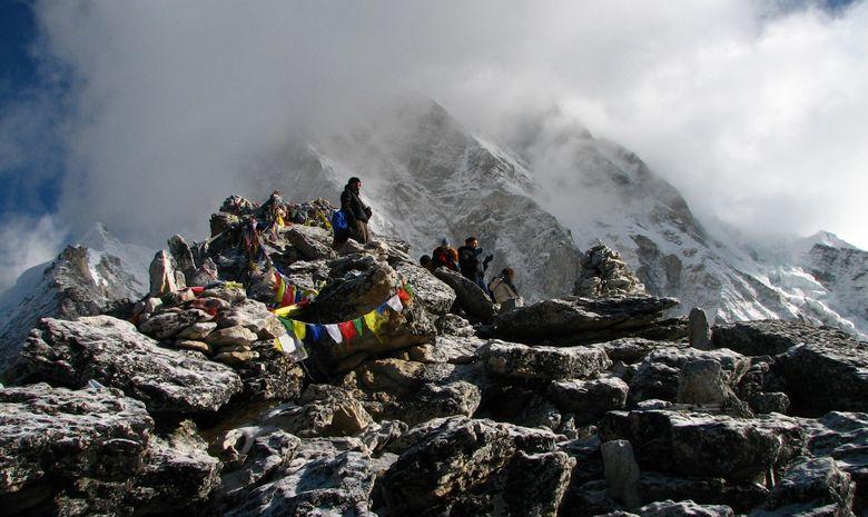 Groupe de randonneurs sur le Kala Pattar