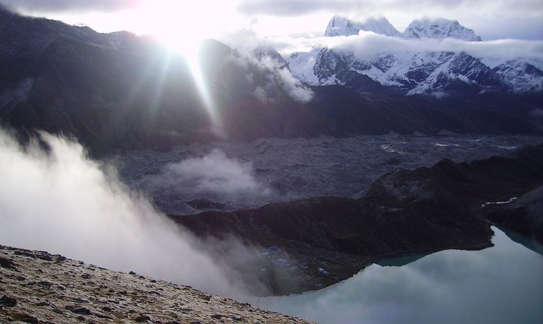 Lac d'altitude au coeur des montagnes himalayennes
