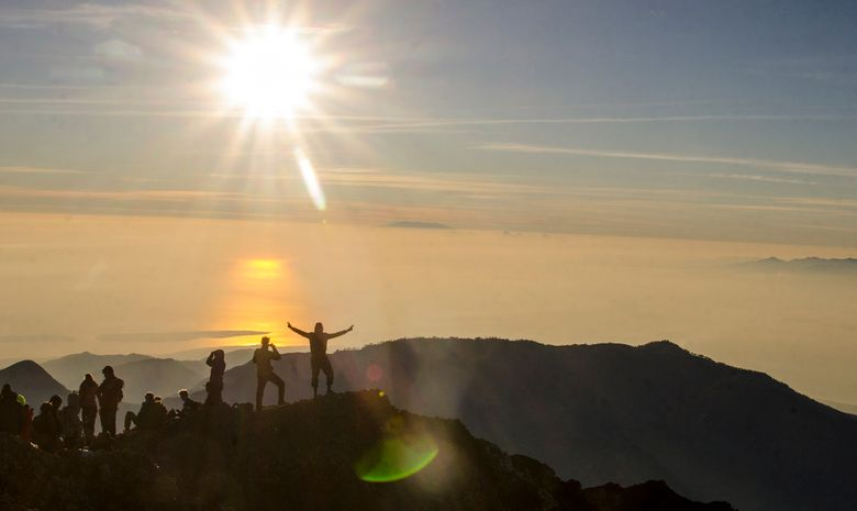 Sommet du volcan Rinjani au lever de soleil