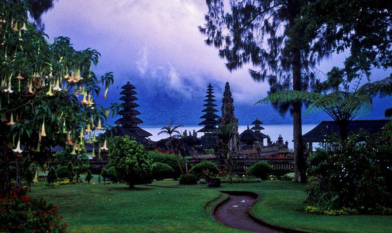 Temple Ulun Danau Bratan vu du parc qui l'entoure