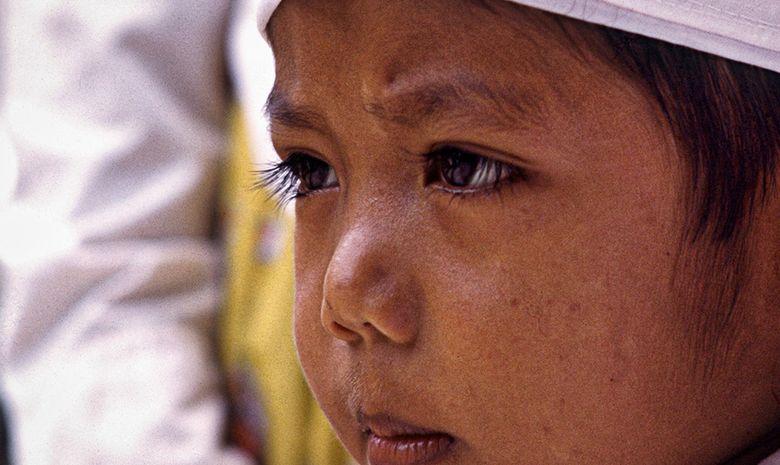 Enfant en tenue de cérémonie à Ubud