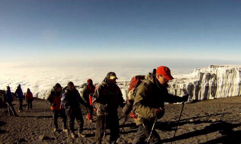 Groupe de trekkeurs en plein ascension