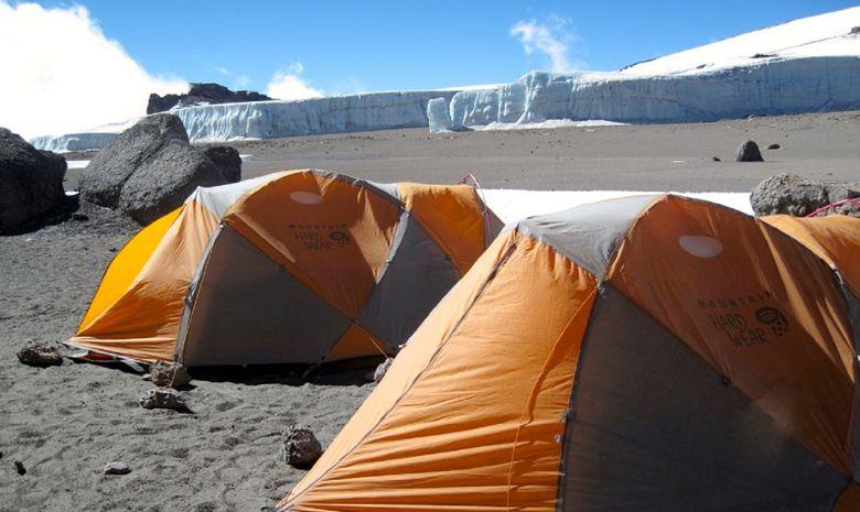 Tentes plantées dans le cratère du Kilimandjaro