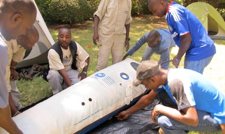 Equipe de trek préparant le caisson hyperbare