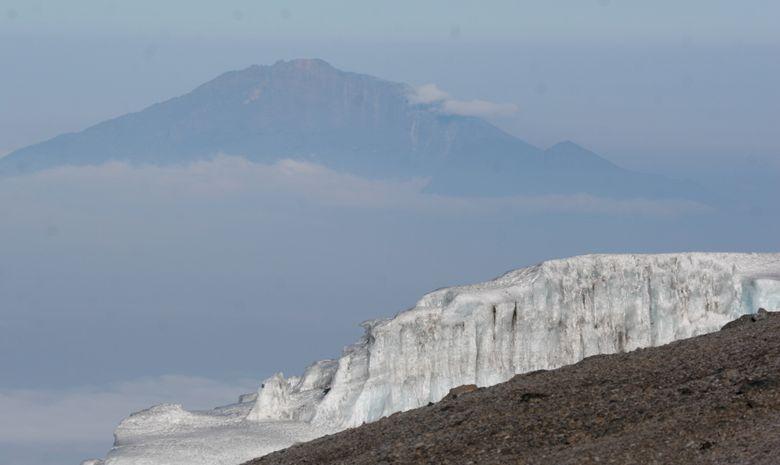 Le Mont Meru entouré de nuages