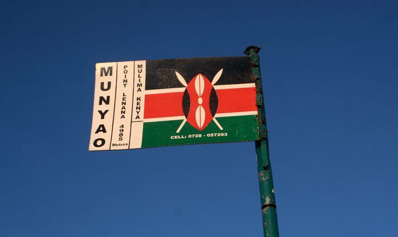 Panneau indiquant le sommet du Mont Kenya