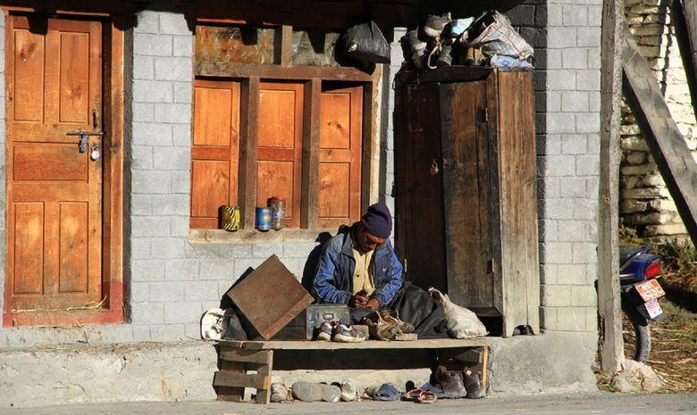 Népalais réparant des chaussures