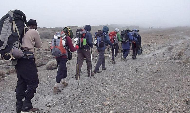 Trekkeurs montant le Kilimandjaro en fil indienne