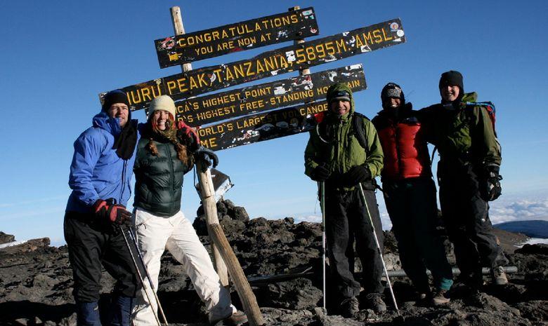 Groupe de trekkeurs au sommet du Kilimandjaro