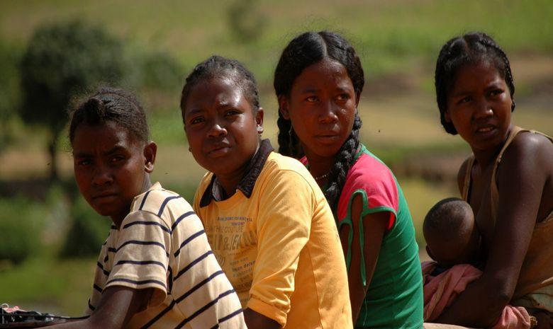 Famille malgache assis sur un banc