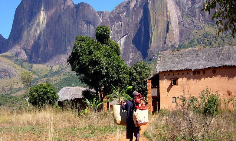 Villageois malgache à la sortie d'un village