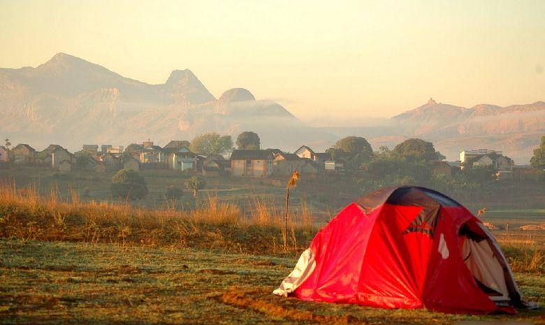 Tente plantée à proximité d'un village malgache