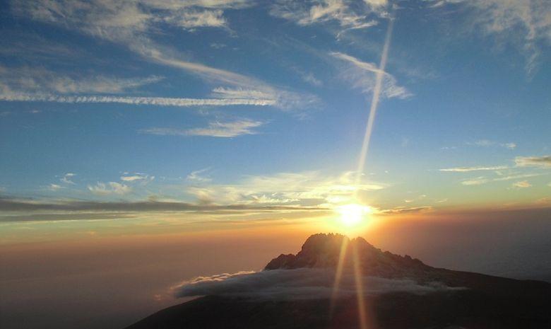 Kilimandjaro au-dessus d'une mer de nuages