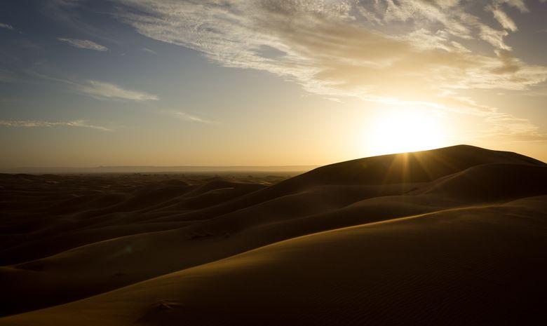 Lever du soleil sur les dunes de l'erg Chebbi