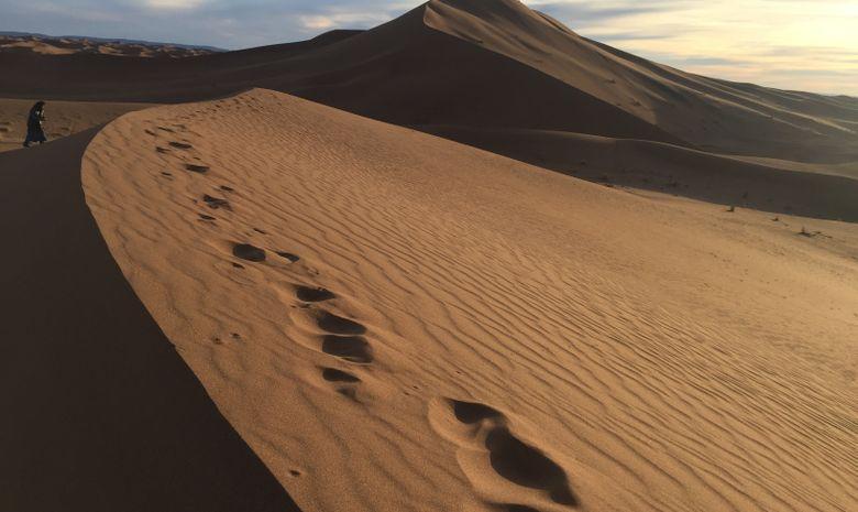 Randonneur sur les dunes de l'erg Chebbi
