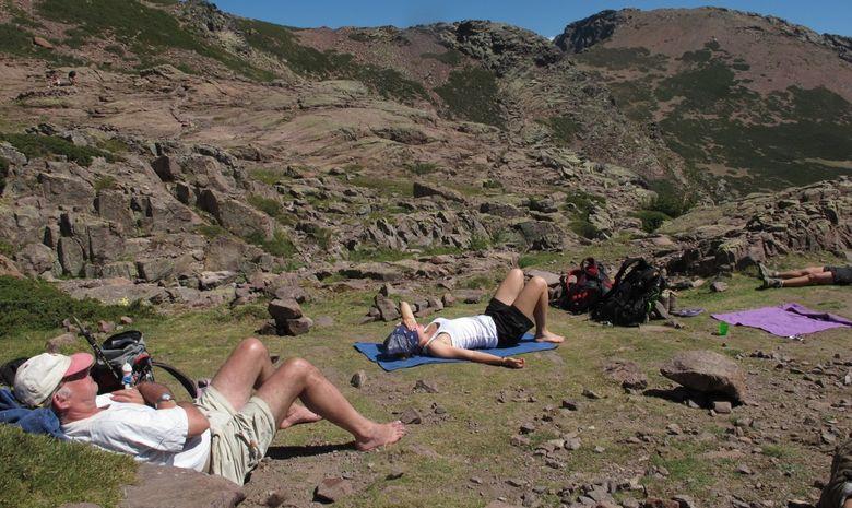 deux randonneurs se repose en bronzant