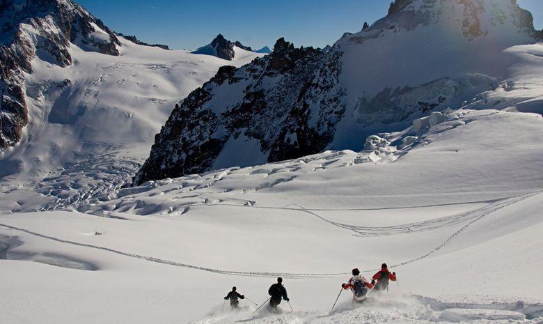 quatre skieurs descendent en hors-piste
