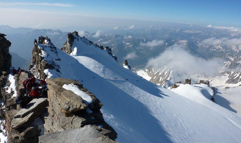 Vue aérienne du sommet + du massif derrière