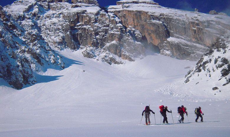 4 skieurs avancent vers sommet