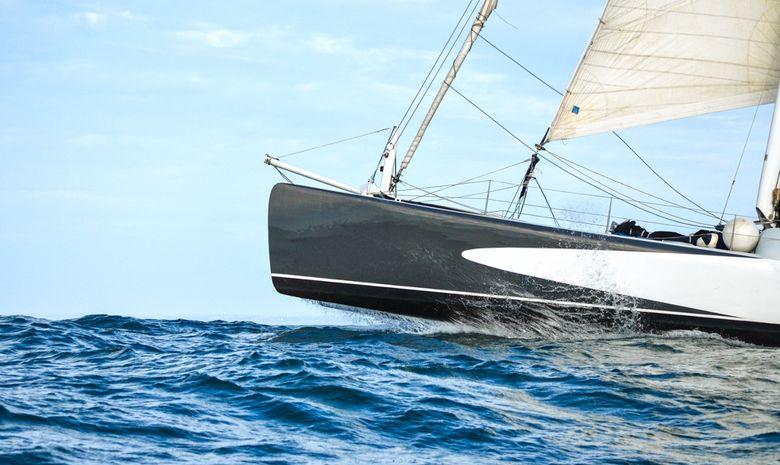un catamaran de course de 74 pieds