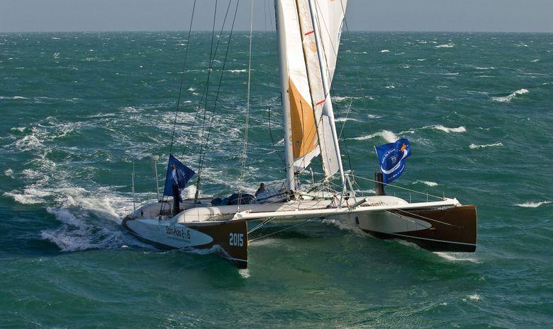 Catamaran Explorer au départ du Tour de Belle-Ile