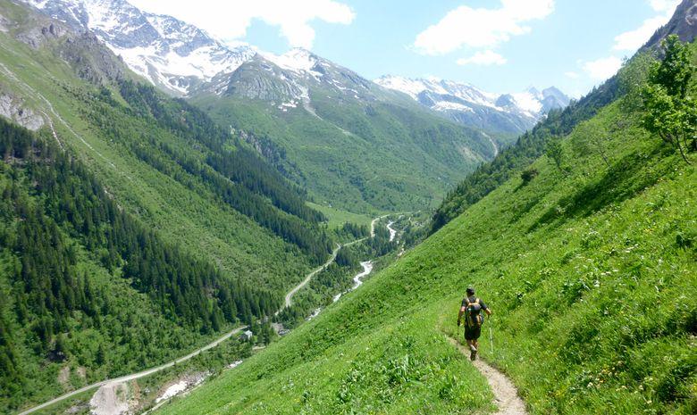 Randonneur dans une vallée de la Vanoise