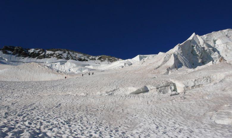 Initiation à l'alpinisme face au Dôme des Ecrins