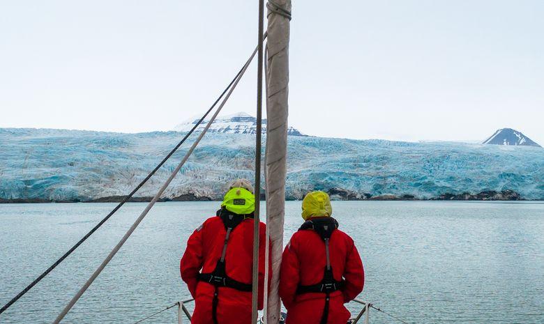 Naviguez jusqu'au front d'un magnifique glacier